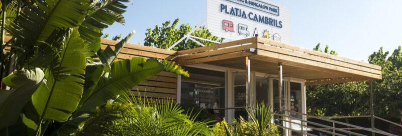 Camping-Playa-Cambrils-Don-Camilo-----Rezeption-vom-Campingplatz-zwischen-Baeumen