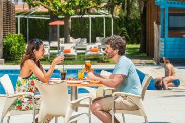 Restaurant vom Campingplatz mit Terrasse am Pool