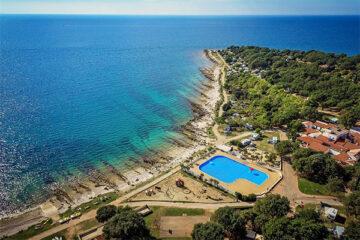 Campingplatz am Meer aus der Vogerperspektive