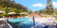 Pool vom Campingplatz mit Liegestühlen und Sonnenschirmen