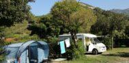 Wohnwagen- und Zeltstellplatz vom Campingplatz mit Blick auf die Berge