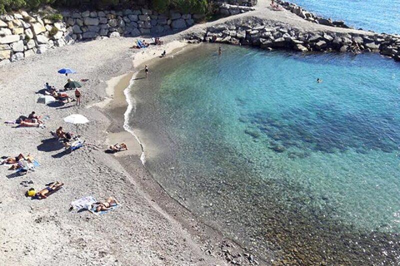Gäste genießen am Strand in der Sonne
