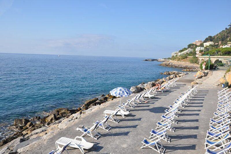 Liegestühle am Strand in der Nähe vom Campingplatz
