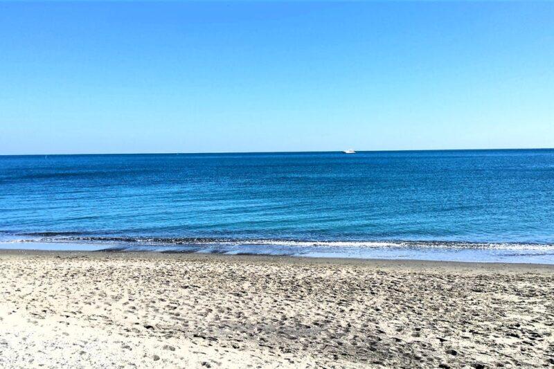 Mediterraner Strand in der Nähe des Campingplatzes