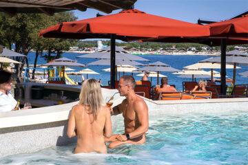 FKK Camper an der Poolbar