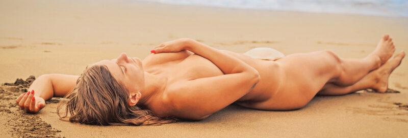 FKK Frau liegt am Strand
