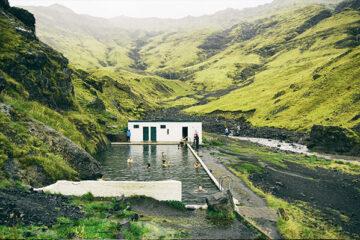 Geheimes Schwimmbad im Tal, Island