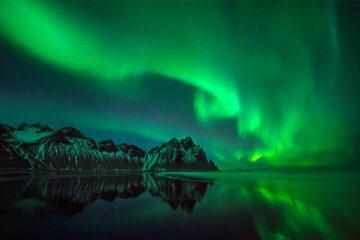 Nordlichter über verschneiten Felsbergen Vestrahorn - Island