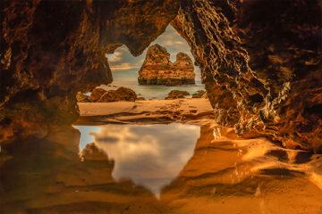 Praia do Camilo, Algarve, Portugal. Blick aus einer Höhle
