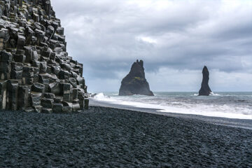 Reynisdrangur am Strand von Reynisfjara, Island