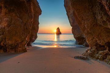 Schöner Traumstrand bei Sonnenaufgang in der Nähe von Lagos, Algarve, Portugal