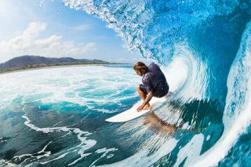 Surfer reitet auf einer Welle, Peniche