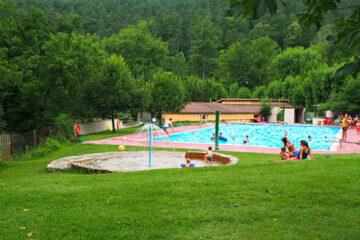 Camping-Moli-Serradell---Pool-vom-Campingplatz-umgeben-von-Baeumen