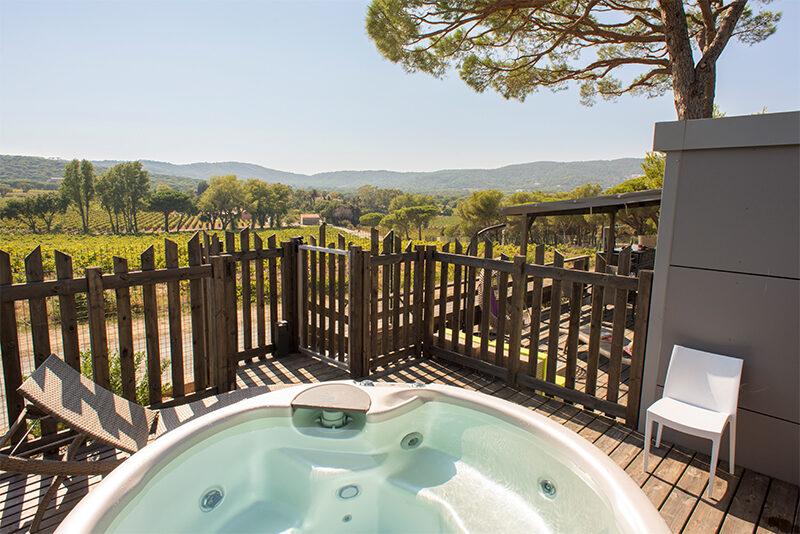 Whirpool auf der Veranda mit dem Blick auf Weingut