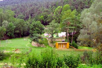 Camping-Moli-Serradell---Blick-auf-Sanitaergebaeude--Fussballplatz--Volleyballfeld-und-Zeltplatz-im-Gruenen-auf-dem-Campingplatz