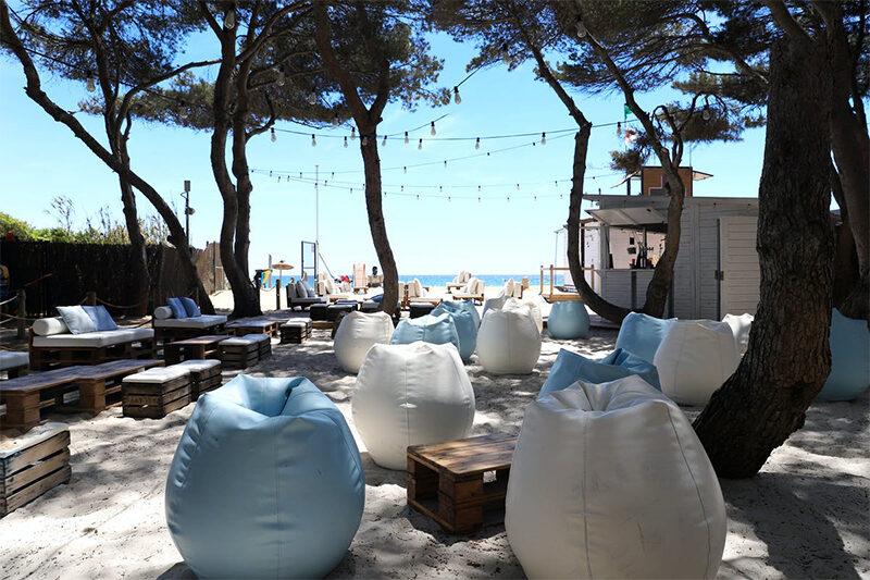 Camping-Tamarit-Beach-Resort-----Restaurant-vom-Campingplatz-mit-Terrasse-am-Strand-im-Schatten-der-Baeume