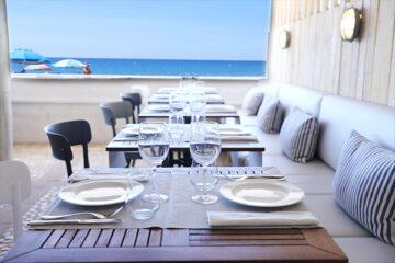 Camping-Tamarit-Beach-Resort----Restaurant-Terrasse-mit-Blick-auf-das-Meer-auf-dem-Campingplatz