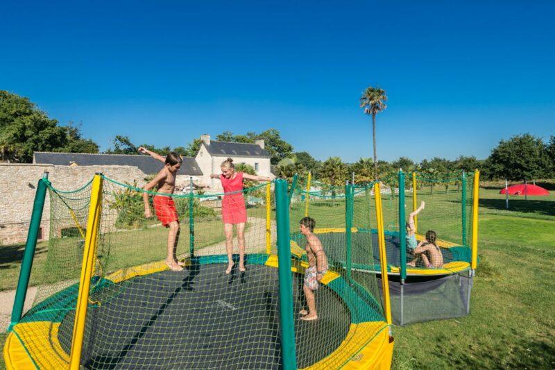 Trampolin für Erwachsene und Kinder auf dem Campingplatz