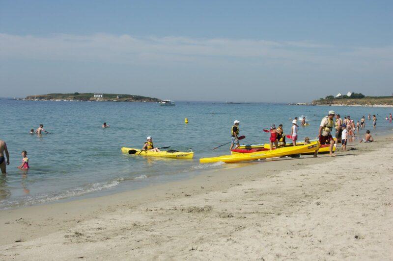 Camper mit Kanus am Strand des Atlantiks in der Nähe des Campingplatzes