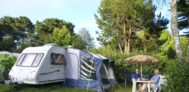 Camper sitzen vor ihrem Wohnwagen