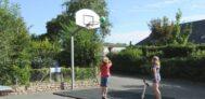 Kinder spielen Basketball auf dem Campingplatz