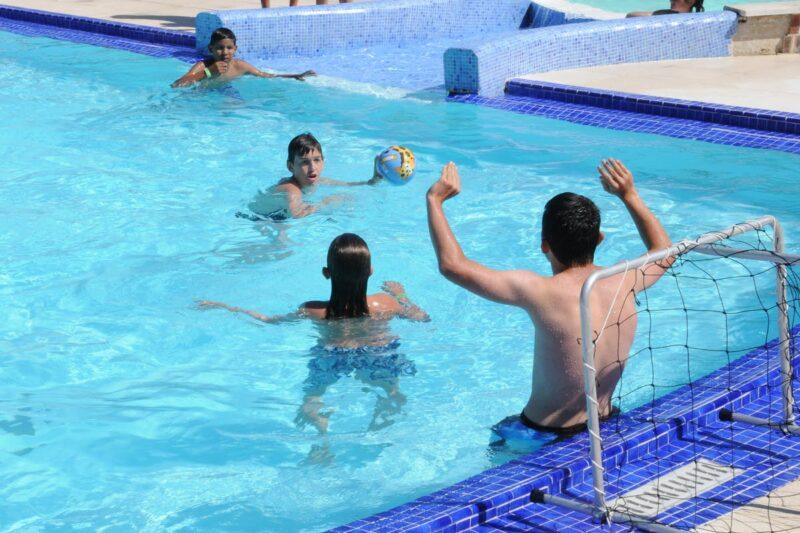 Kinder spielen Wasserball im Swimmingpool