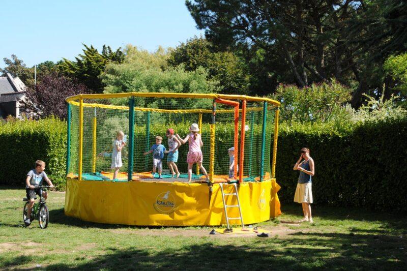 Trampolin für Kinder auf dem Campingplatz