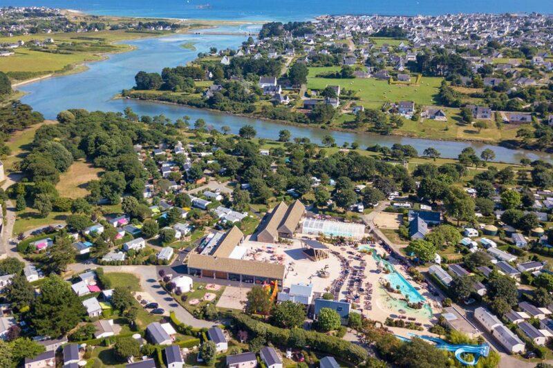 Campingplatz am Fluss in der Nähe vom Atlantischen Ozean in der Bretagne