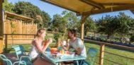 Frühstück auf der Terrasse vom Mobilheim auf dem Campingplatz