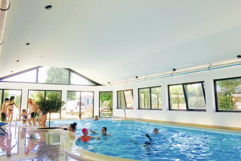 Badegäste im Indoor Swimmingpool