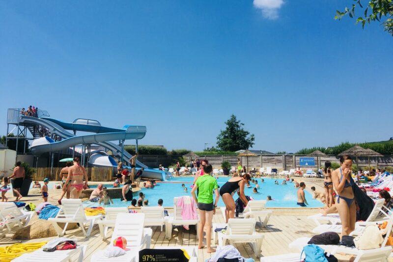 Pool vom Campingplatz mit Liegestühlen in der Sonne