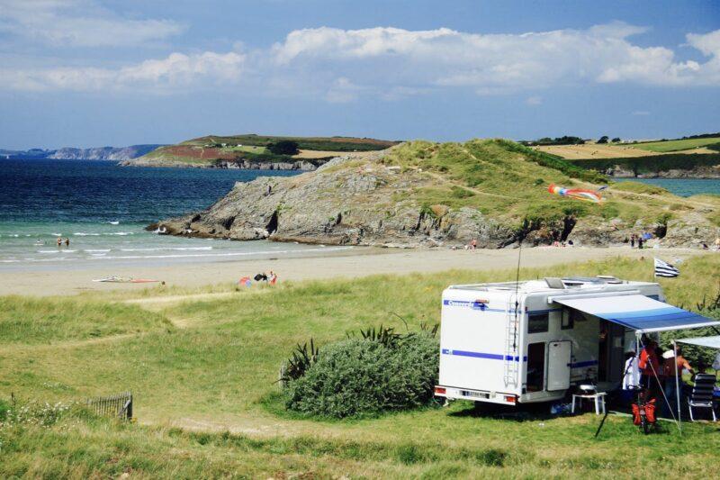 Wohnwagen mit dem Strand der keltischen See direkt dahinter