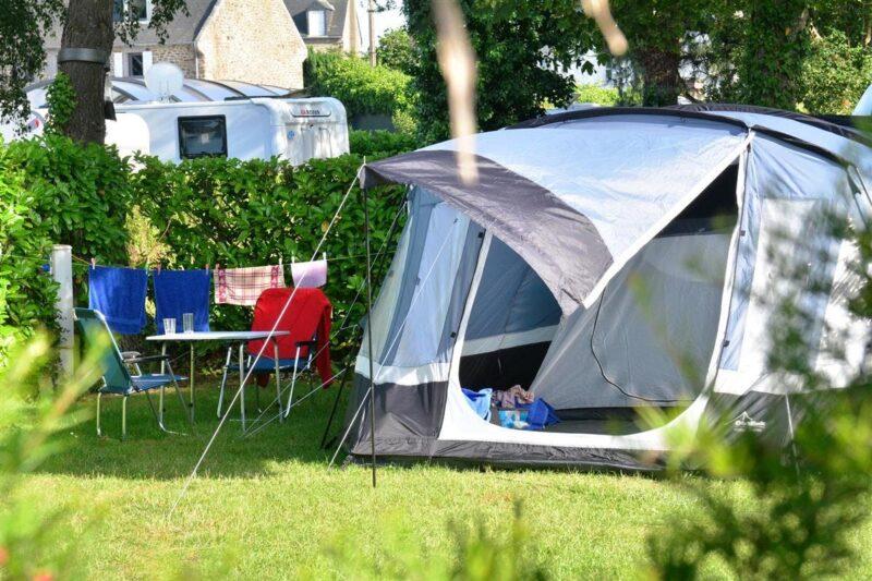 Zeltplatz vom Campingplatz auf grüner Wiese