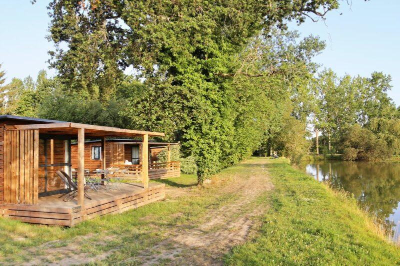 Mobilheim mit Blick auf den See auf dem Campingplatz