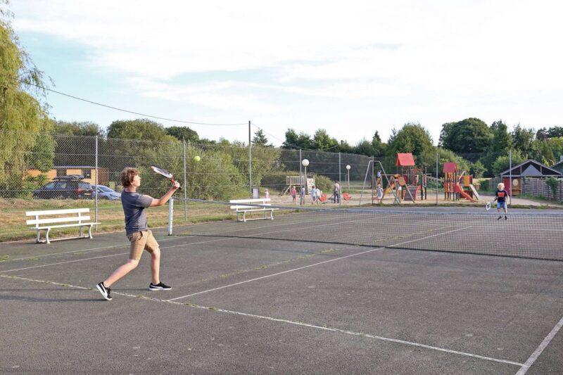 Tennisplatz in der Nähe vom Kinderspielplatz auf dem Campingplatz