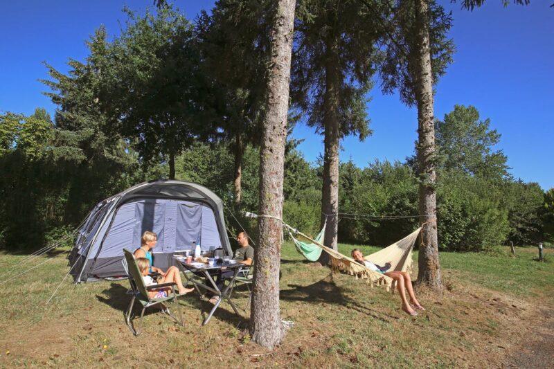 Zeltplatz mit Hängematte zwischen den Bäumen auf dem Campingplatz