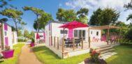 Mobilheime vom Campingplatz mit Veranden im Grünen