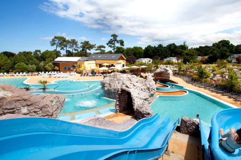 Wasserrutsche am Pool vom Campingplatz, Mobilheime im Hintergrund