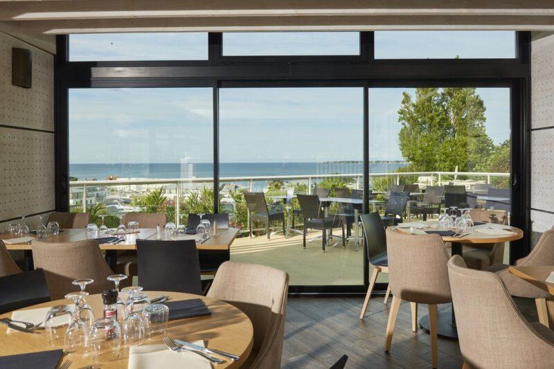 Restaurant vom Campingplatz mit Terrasse und Blick auf den Atlantik