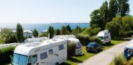 Stellplatz vom Campingplatz mit Blick auf den Atlantik in Frankreich