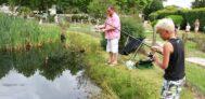 Angeln am Teich auf dem Campingplatz