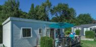 Mobilheim mit Veranda und Sonnenschirm