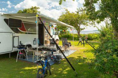 Ostseecamping-Familie-Heide-----Wohnwagenstellplatz-vom-Campingplatz-mit-Blick-auf-die-Ostsee