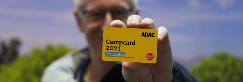 Ein ADAC Inspekteur hält die ADAC Campcard 2021.